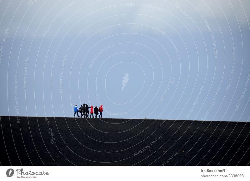 Gruppe von Menschen laufen auf dem Deich Meer wandern Freundschaft Menschengruppe Himmel Wind Nordsee blau schwarz Geborgenheit Einsamkeit Zusammenhalt Farbfoto