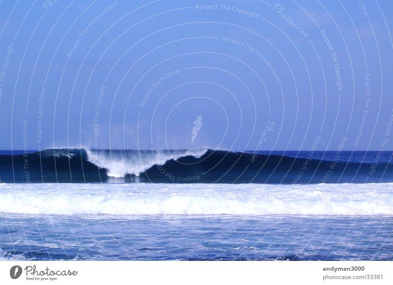 Megawelle blau Wasser Einsamkeit Wellen Surfen Gischt