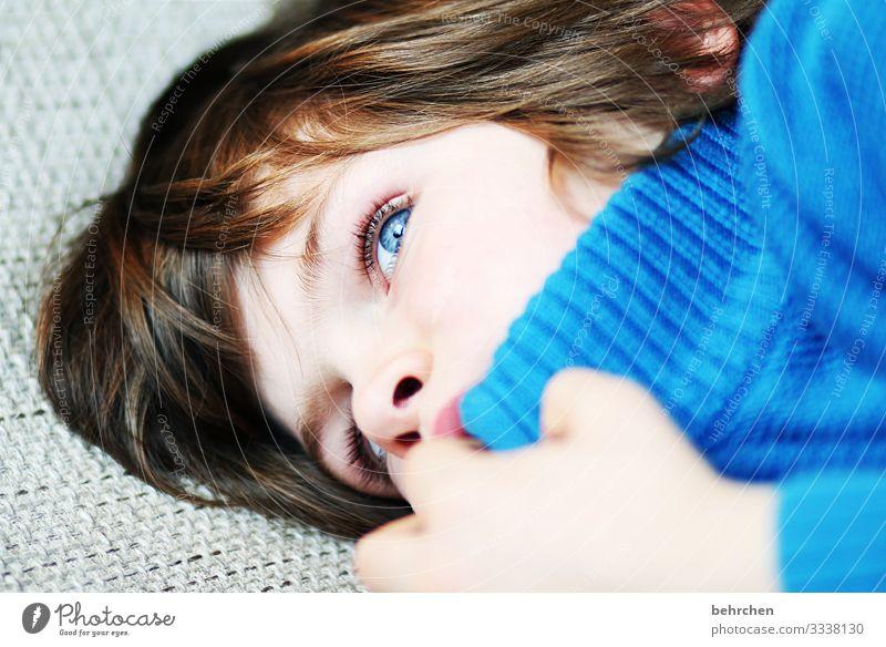 weit weg   wegträumen Tagträumer gedankenverloren verträumt Familie & Verwandtschaft Kind Junge Kindheit intensiv nachdenklich Sehnsucht Innenaufnahme