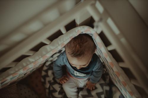 Baby in der Krippe Lifestyle Mensch Kind Kleinkind 1 0-12 Monate liegen sitzen niedlich oben Originalität Sicherheit Schutz Zusammensein friedlich Beginn