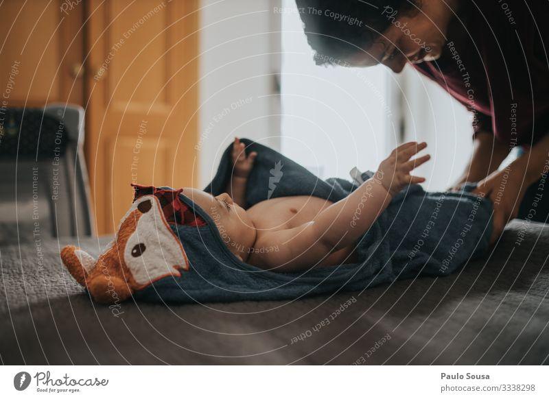Mutter zieht Baby nach dem Bad an Mutterschaft Säuglingsalter Kleid Dressing Kaukasier heimwärts Lifestyle Leben Liebe Frau Eltern Familie & Verwandtschaft