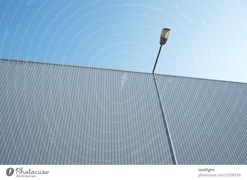 laterne vor lagerhalle Schönes Wetter Bauwerk Gebäude Architektur Mauer Wand Fassade blau Lagerhalle Industrie Laterne Himmel Außenaufnahme Textfreiraum oben