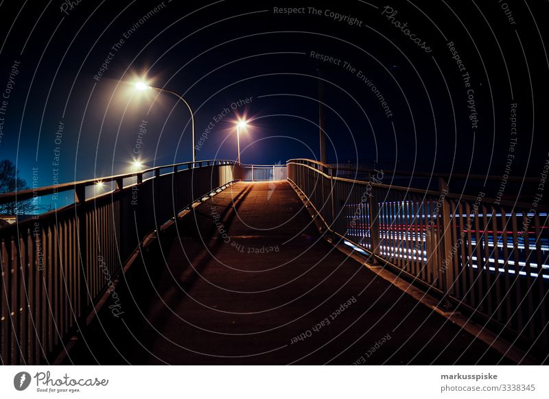 Fußgängerüberweg Stadt Straße Verkehr Brücke Städtereise Dorf Laterne Sightseeing Verkehrswege Brückengeländer Personenverkehr Autofahren Nachtleben