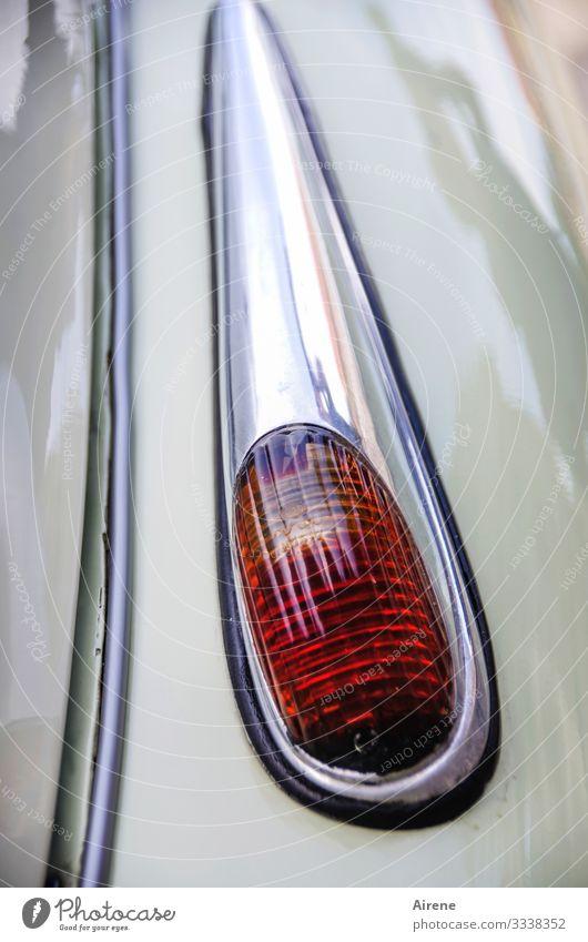 zeitlose Eleganz Fahrzeug PKW Oldtimer fahren leuchten alt retro schön rot silber hellgrün elegant glänzend Chrom Rücklicht Autoscheinwerfer Design Farbfoto