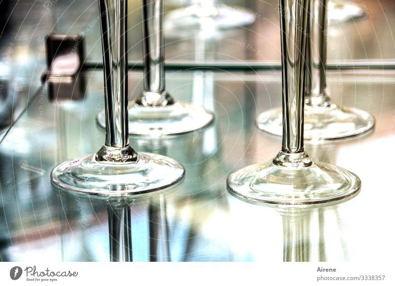 im Glashaus Weinglas hell blau silber türkis Glasscheibe Vitrine Schaufenster Haushaltsware Geschirr zerbrechlich Vorsicht glänzend edel Kristallglas