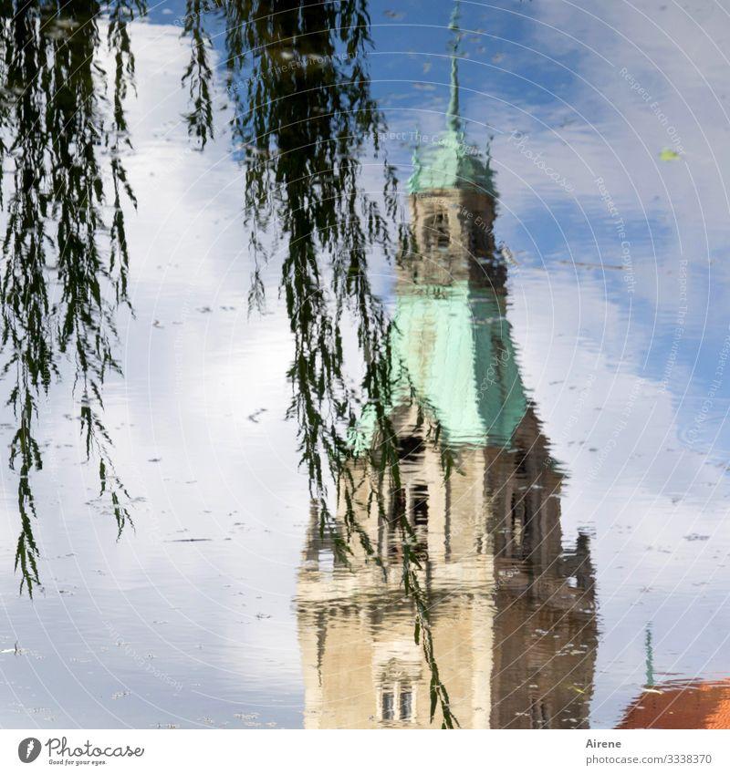 Trauerweide und Turmspitze - alles steht Kopf Spiegelung Spiegelung im Wasser See Teich Weidenzweige klassizistischer stil Klassizismus Rathausturm Himmel