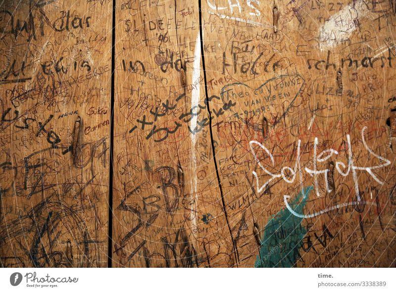 Verewigungen | Geschriebenes Holz Graffiti Gefühle Schriftzeichen Kommunizieren Schilder & Markierungen Kreativität Zeichen Ziffern & Zahlen geheimnisvoll Wut