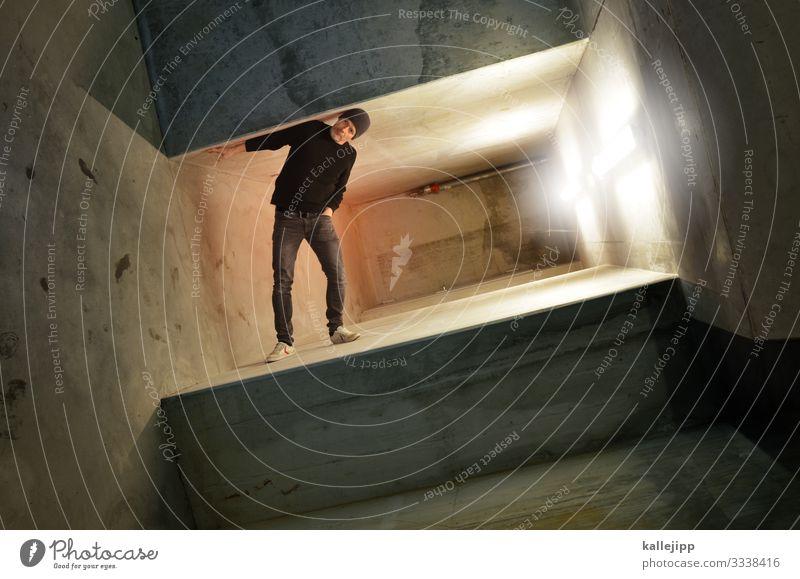 Mann steht an einer Mauer Mensch maskulin 1 45-60 Jahre Erwachsene Stadt Gebäude Architektur stehen Beton Gang Tunnel Neonlicht verdreht Surrealismus einklemmen