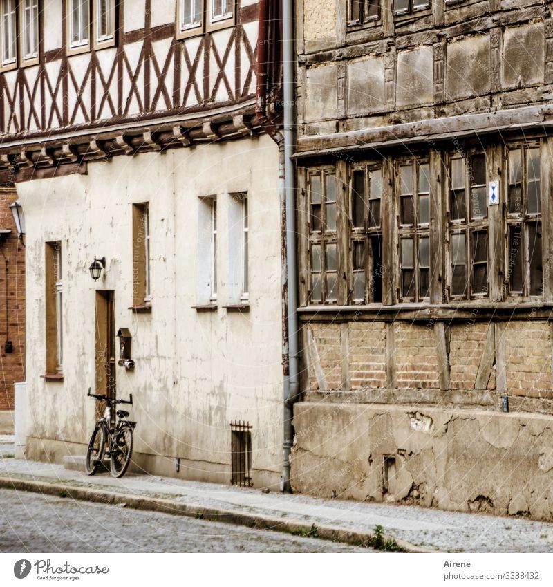 ein Fahrrad ganz allein Totale Tag Farbe Straße Altstadt friedlich ruhig Renoviert alt Historische Bauten Häuserzeile Fachwerkfassade Idylle Kleinstadt