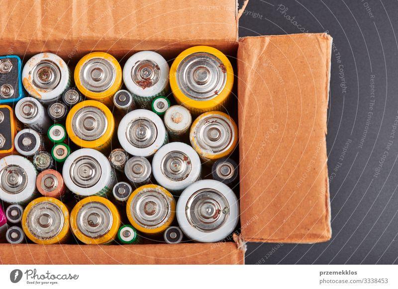 Entladene Batterien zum Recycling gesammelt Umwelt Verpackung alt grün Energie Fürsorge Umweltverschmutzung Umweltschutz wiederverwerten ökologisch Öko