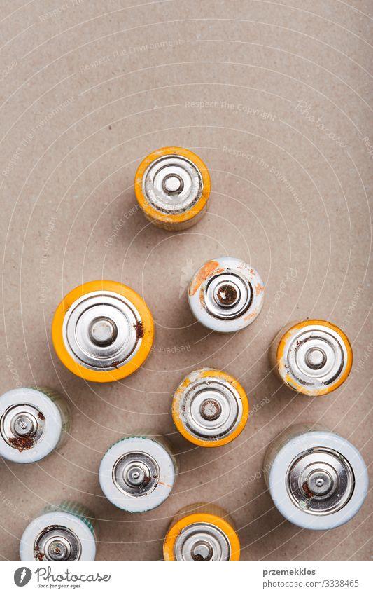 Sammeln von entladenen Batterien zum Recycling Umwelt Papier alt grün Energie Fürsorge Umweltverschmutzung Umweltschutz wiederverwerten ökologisch Öko gebraucht