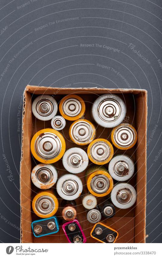 Sammeln von entladenen Batterien zum Recycling Umwelt Papier alt grün Energie Fürsorge Umweltverschmutzung Umweltschutz Wandel & Veränderung wiederverwerten