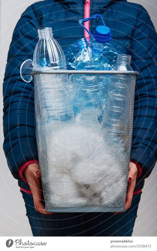 Frau hält Mülltonne mit gesammelten gebrauchten Kunststoffverpackungen Flasche Erwachsene 1 Mensch Umwelt Container Paket werfen blau Umweltverschmutzung