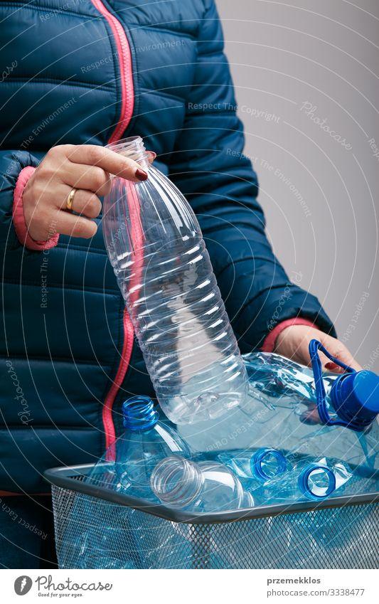 Frau sammelt gebrauchte Plastikflaschen im Mülleimer Flasche Erwachsene Körper Umwelt Container Paket Kunststoff werfen blau Umweltverschmutzung wiederverwerten