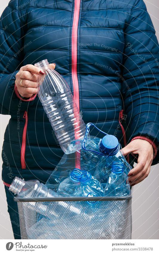 Frau sammelt gebrauchte Kunststoffverpackungen im Mülleimer Flasche Erwachsene 1 Mensch Umwelt Container Paket werfen blau Umweltverschmutzung wiederverwerten