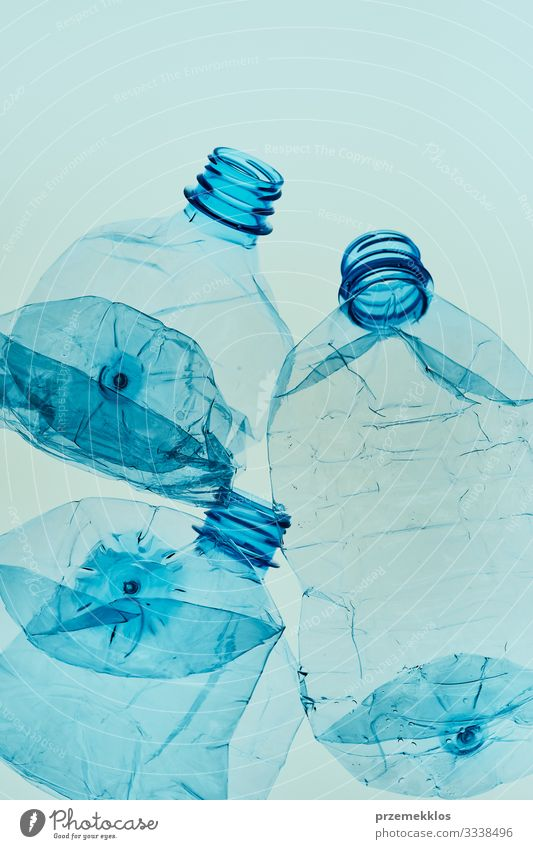 Leere, gequetschte Plastikflaschen, die zum Recycling gesammelt werden Flasche sparen Umwelt Container Kunststoff blau Umweltverschmutzung Umweltschutz Müll