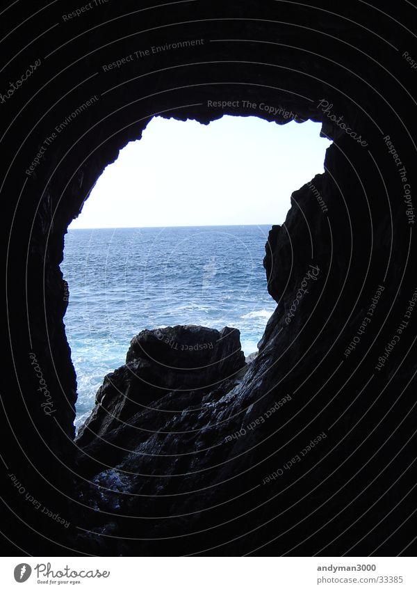HöBlick aus Höhle Wasser Meer blau schwarz dunkel hell Höhle Durchbruch