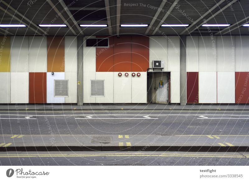 unterführung Stadt Hauptstadt Stadtzentrum Menschenleer Mauer Wand Fassade Tür Straße Tunnel trist gelb grau orange rot beech street London barbican Notausgang