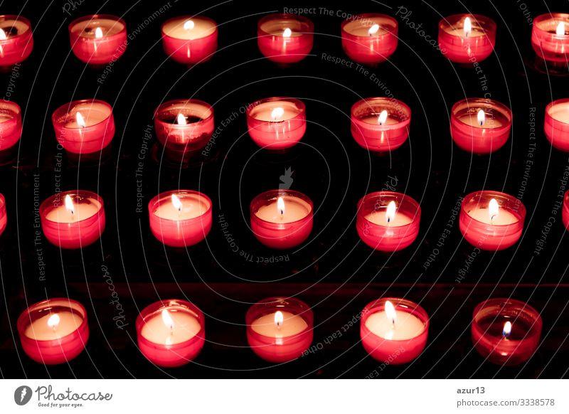 Gruppe von roten Kerzen in der Kirche für das Auferstehungsgebet des Glaubens Gebet Hoffnung Opfer Stille Trauer Liebe Frieden Seele Religion Kerzenschein Licht
