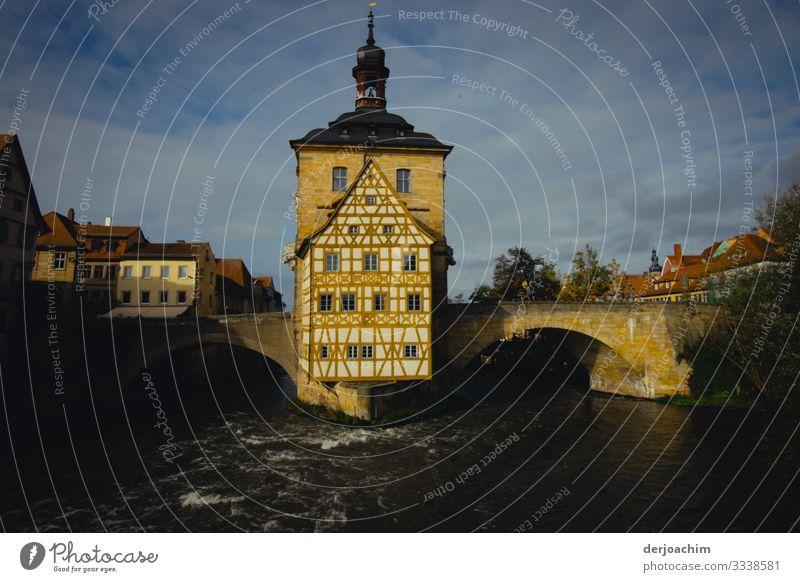 Altes Rathaus in Bamberg- Es steht mitten im Fluß. Rechts und links begehbar durch eine Brücke. Stil Erholung Ausflug Sommer Traumhaus Umwelt Schönes Wetter