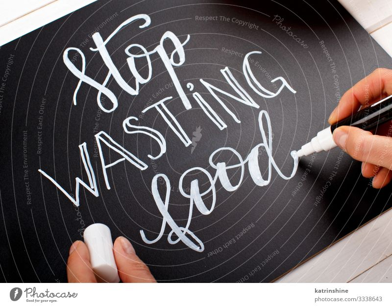 Frau schreibt auf einer Tafel Hören Sie auf, Lebensmittelbeschriftungen zu verschwenden Körper Erwachsene Hand Umwelt Schreibstift trendy klein schwarz