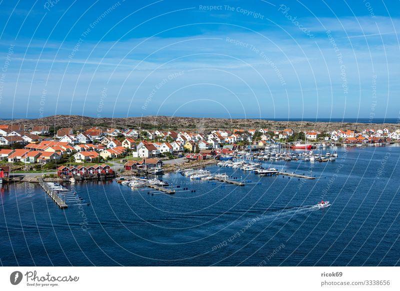 Blick auf den Ort Smögen in Schweden Erholung Ferien & Urlaub & Reisen Tourismus Sommer Meer Haus Natur Landschaft Wasser Wolken Küste Nordsee Dorf Hafen