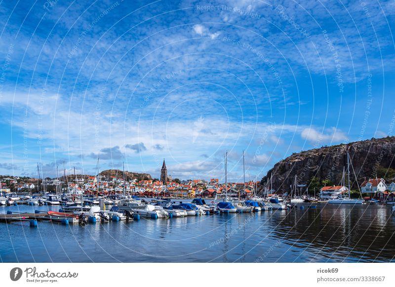 Blick auf die Stadt Fjällbacka in Schweden Ferien & Urlaub & Reisen Tourismus Sommer Meer Haus Natur Landschaft Wasser Wolken Küste Nordsee Hafen Gebäude