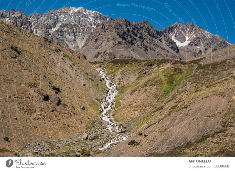 Andine Berglandschaft mit Bach Umwelt Natur Landschaft Erde Himmel Sommer Klimawandel Schnee Hügel Felsen Berge u. Gebirge Anden die Kordillere der Anden Gipfel