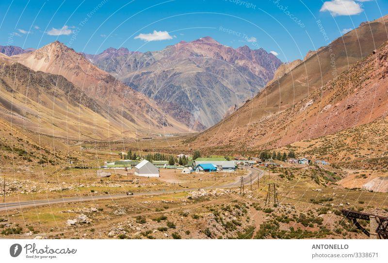 Großes Tal in den Anden mit einigen Häusern Ferien & Urlaub & Reisen Tourismus Freiheit Expedition Sommer Sonne Berge u. Gebirge wandern Klettern Bergsteigen
