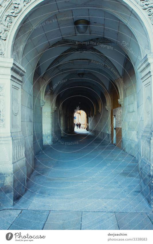 Durch dieses Gewölbe musst du gehen, wenn du in die Stadt willst.Sehr schöner Rundbogen mit in der Ferne kaum zu erkennen, Menschen. Design harmonisch Ausflug