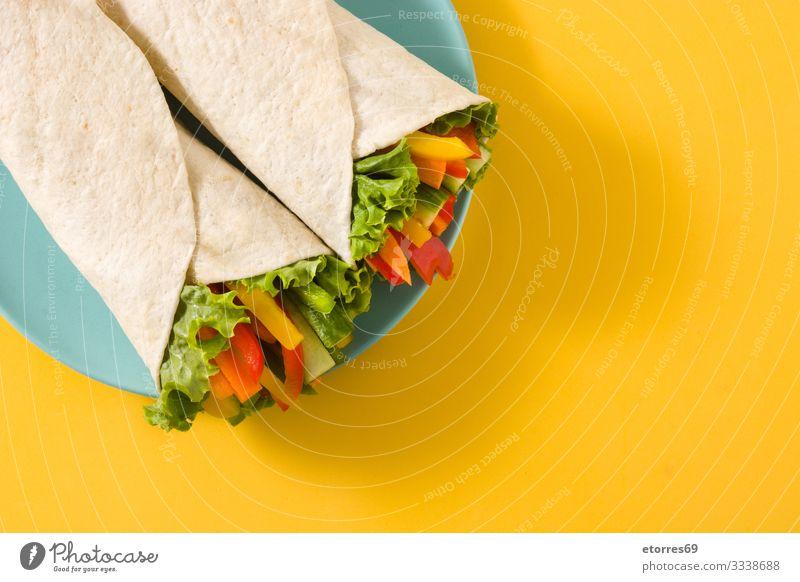 Gemüse-Tortilla-Wraps burrito Möhre Gurke Salatgurke Diät fajita Lebensmittel Gesunde Ernährung Foodfotografie frisch grün Isoliert (Position) Mexikaner mischen