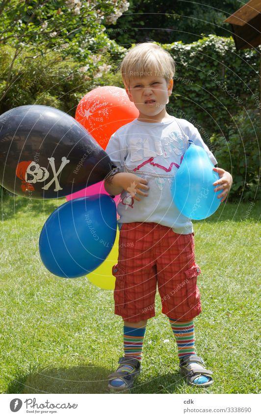 In bester Partylaune. Kind Junge Kindergartenkind Kindheit Luftballons Sommer Rumpfnäschen Garten feiern schlechte Laune widerwillig kritisch Kindergeburtstag