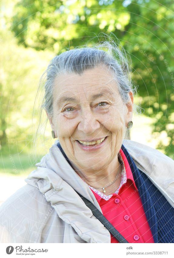 glücklich und zufrieden Gesicht Wellness Wohlgefühl Zufriedenheit Erholung Ausflug Sommer wandern feminin Weiblicher Senior Frau Mutter Erwachsene Großmutter