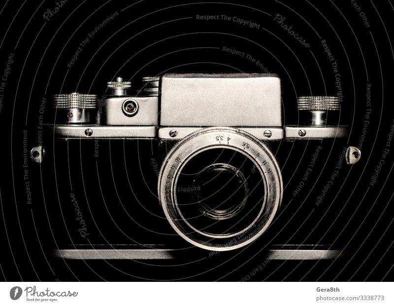 Oldtimer-Kamera auf schwarzem Hintergrund Nahaufnahme Stil Tapete Fotokamera Technik & Technologie Wege & Pfade Metall Linie alt dunkel retro grau weiß blanko