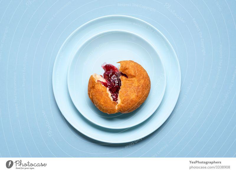 Ein Gelee-Donut auf einem Teller. Deutscher Krapfen mit Himbeermarmelade Kuchen Dessert Süßwaren Marmelade lecker Tradition Deutschland obere Ansicht Bäckerei