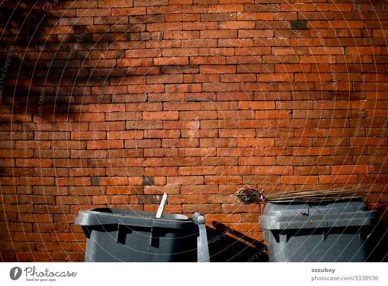 Mülleimer Lifestyle Wellness Hausbau Renovieren Dekoration & Verzierung Umwelt Klima Klimawandel Wetter Kleinstadt Stadt Mauer Wand Kasten Container Backstein
