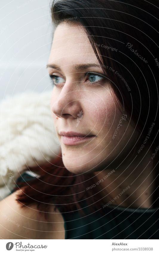 Nahes Portrait einer jungen Frau Stil schön Wellness harmonisch Raum Junge Frau Jugendliche Gesicht 18-30 Jahre Erwachsene Kleid brünett langhaarig Blick