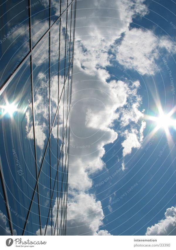 blendende Spiegelung Himmel Sonne blau Haus Wolken Architektur Perspektive außergewöhnlich