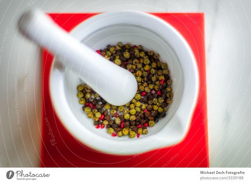 Bunter Pfeffer in weißem Mörser auf rotem Untersetzer Kräuter & Gewürze Schalen & Schüsseln Tisch Küche Pflanze Blatt Sammlung außergewöhnlich frisch natürlich