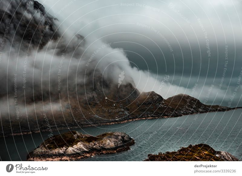 Loch Coruisk auf Isle of Skye Weitwinkel Panorama (Aussicht) Froschperspektive Schwache Tiefenschärfe Licht Abend Textfreiraum Mitte Textfreiraum unten