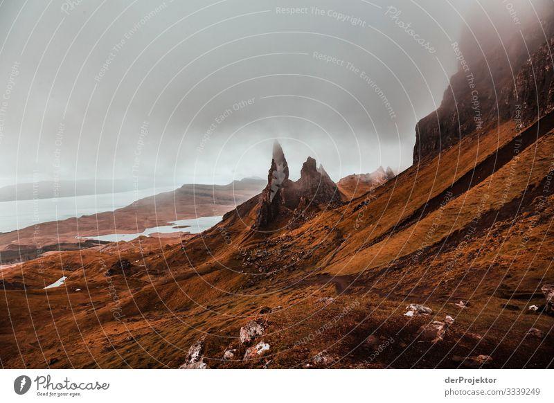 Old Man of Storr am Morgen auf Isle of skye Zentralperspektive Starke Tiefenschärfe Schatten Morgendämmerung Textfreiraum Mitte Textfreiraum oben