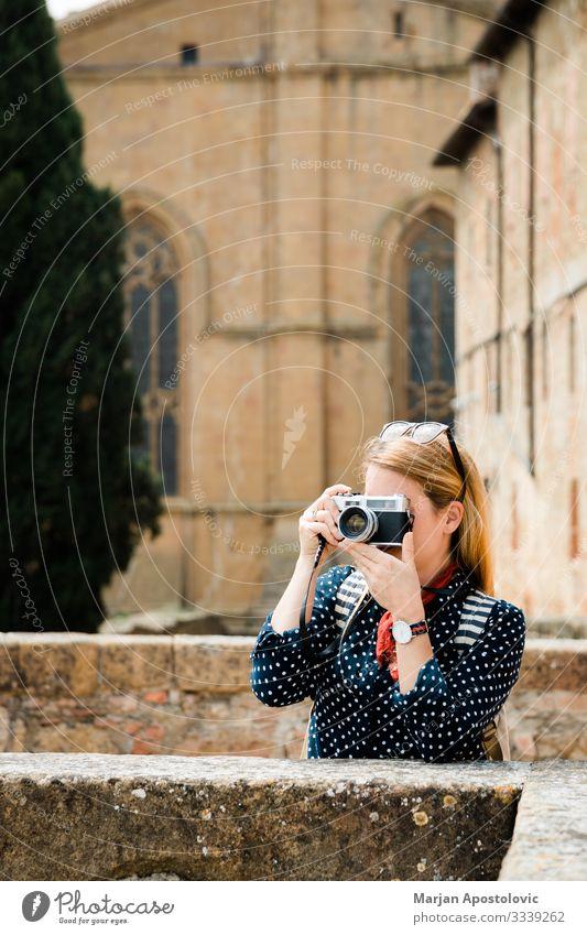 Junge Frau beim Fotografieren in einer Altstadt in Italien Lifestyle Ferien & Urlaub & Reisen Tourismus Ausflug Sightseeing Fotokamera Mensch feminin