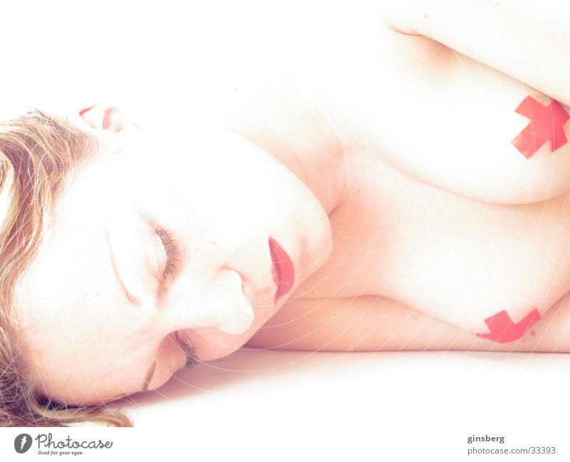 Schlummerndes weibliches Wesen feminin Lippen rot Schminke weiß Belichtung Überbelichtung Zeit stagnierend ruhig verdeckt Mann weibliche Formen Akt Frauenbrust