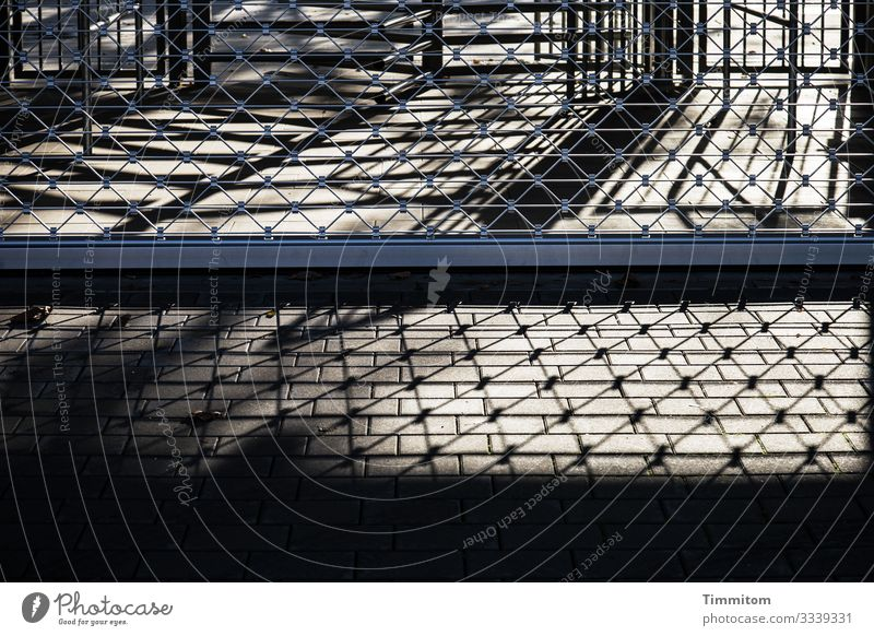 Echt geschlossen Schwimmbad Eingang Stein Metall Linie kalt grau schwarz silber Gefühle Enttäuschung Barriere Rollgitter Farbfoto Außenaufnahme Menschenleer Tag