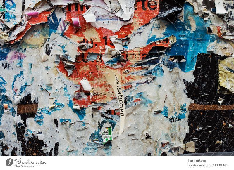 visationen und andere Reste an einer Plakatwand Abriss Papier Buchstaben Worte Außenaufnahme Menschenleer Schriftzeichen abstrakt mehrfarbig trashig