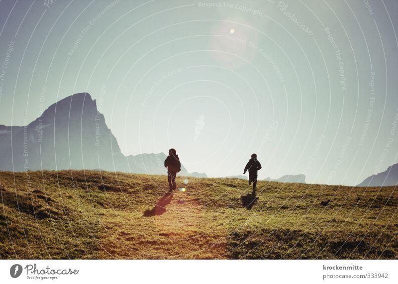 tief drängt das Lied der Berge Mensch maskulin Kind Junge Bruder Freundschaft Kindheit Jugendliche 2 8-13 Jahre Umwelt Natur Landschaft Himmel Sonne Herbst Gras