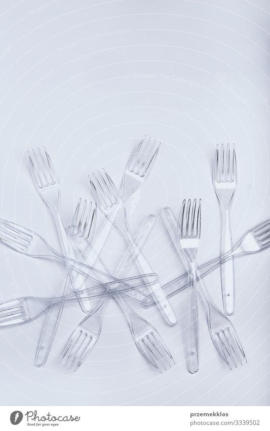 Plastikgabeln auf weißem Hintergrund verstreut Besteck Gabel sparen Umwelt Container Kunststoff Kristalle blau Umweltverschmutzung Müll wiederverwerten
