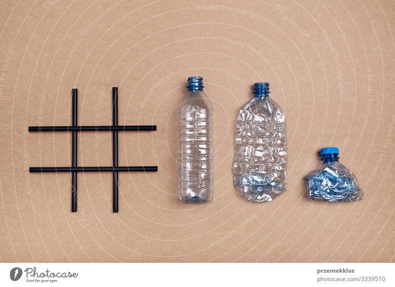 Hashtag-Recycling. Leere Plastikflaschen, Becher und Flaschenverschluss sparen Umwelt Container Kunststoffverpackung blau Umweltverschmutzung Müll