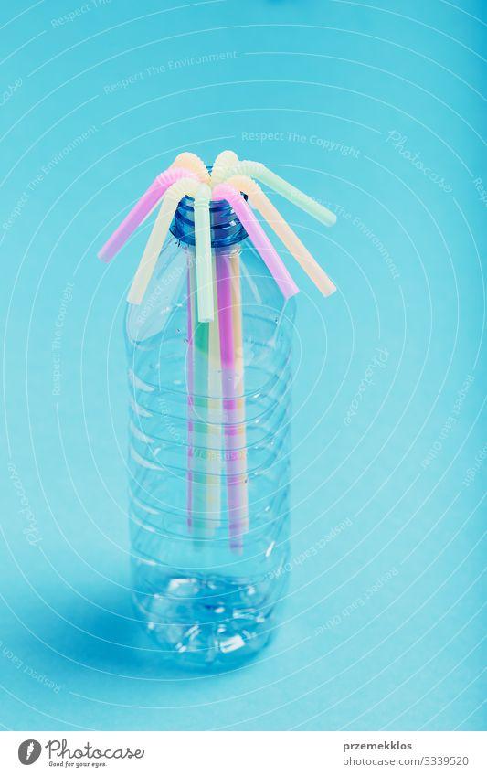 Plastikflasche mit bunten Strohhalmen Flasche sparen Umwelt Container Kunststoff blau Umweltverschmutzung Umweltschutz Müll wiederverwerten Recycling ökologisch