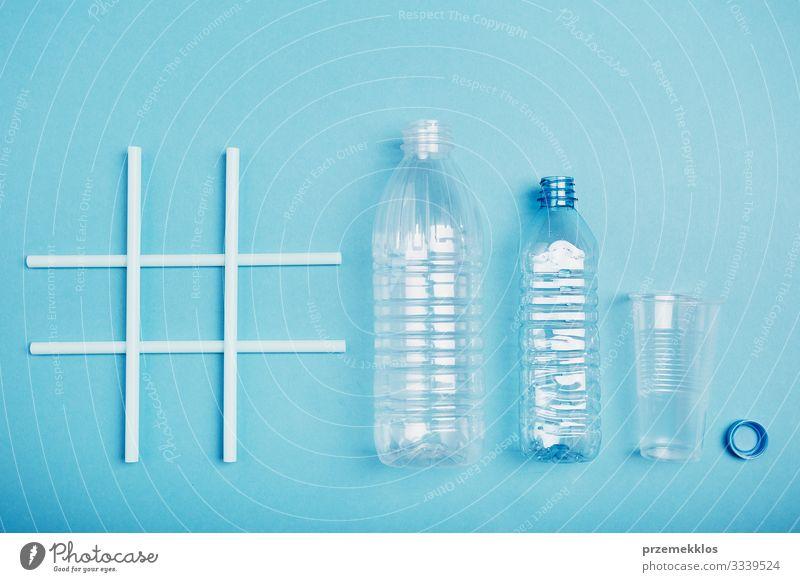 Hashtag-Recycling. Leere Plastikflaschen, Becher und Flaschenverschluss sparen Umwelt Container Kunststoff blau Umweltverschmutzung Umweltschutz Müll